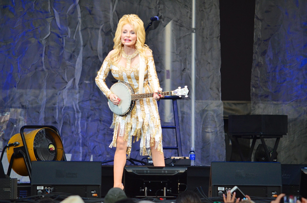 Photograph of performer Dolly Parton playing the banjo.